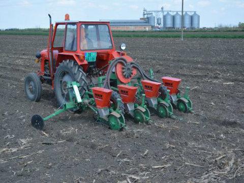 traktor seje kukuruz