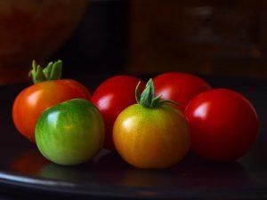 zeleni-i-crveni-zreli-paradajz-mrtva-priroda-crna-pozadina
