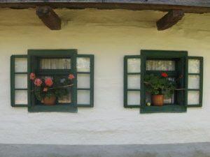 kuca stara sa dva prozora