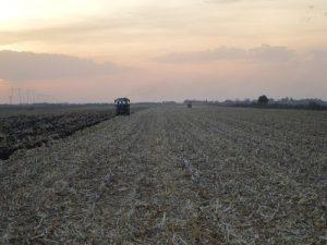 traktor i prskalica na njivi