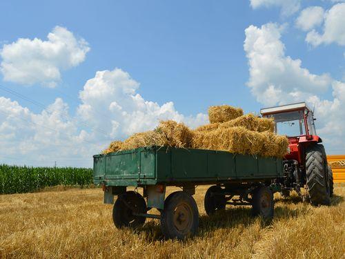 traktor prikolica bale